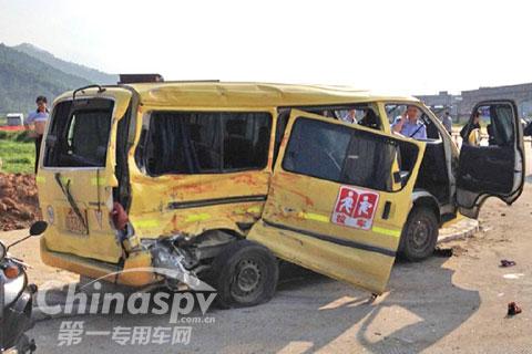 广东阳春一辆幼儿园校车与货车相撞 2死15伤