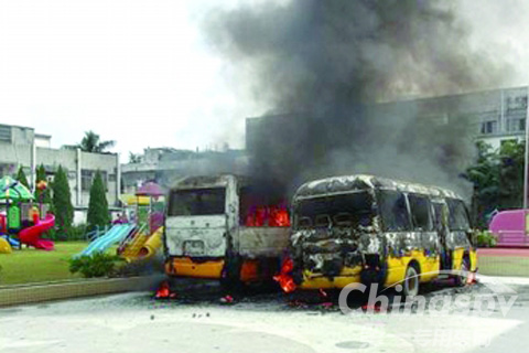 幼儿园 两校车自燃