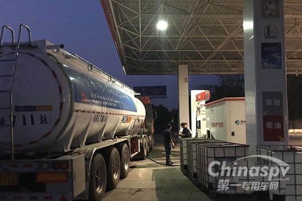 中国第一辆车用尿素运输罐车投入使用