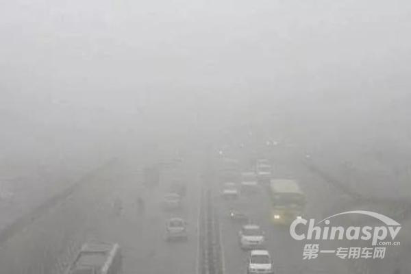 """大雾一来雾里看花 雾天跑车""""雾""""必小心"""