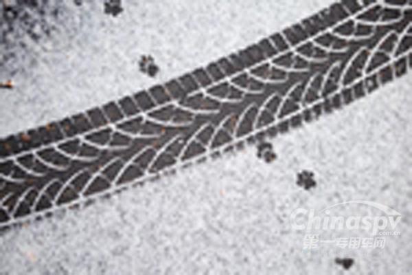 冬季行车有诀窍 冰雪路面认真操作保平安