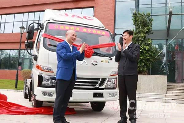 四川江淮建厂5周年首台新能源轻卡下线