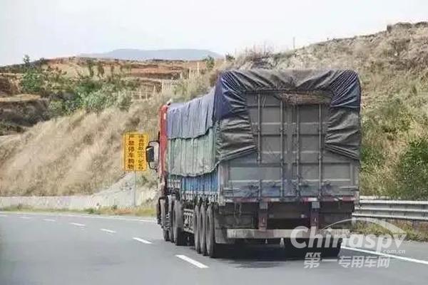 全国交警在国道、省道严查大货车违法行为!